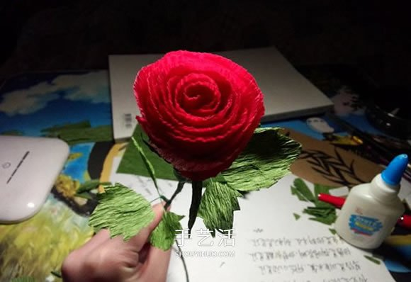 皱纹纸手工制作火红玫瑰花的方法 简单漂亮!