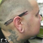 创意纹身:架在耳朵上的圆珠笔