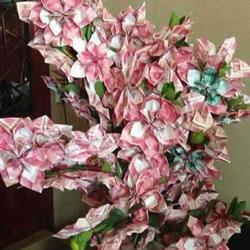 百元纸币折纸制作的盆花