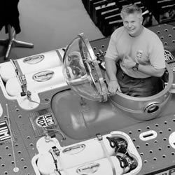 环保主义者用可回收材料自制潜水艇