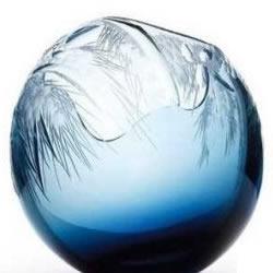 波西米亚玻璃雕刻师的手工作品