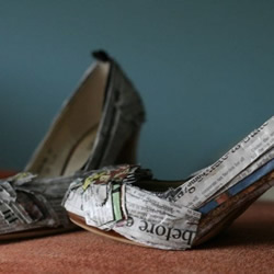 旧报纸DIY改造旧皮鞋