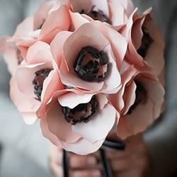 手捧粉色玫瑰的剪纸教程
