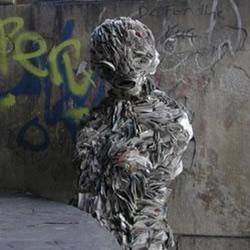 废弃的报纸制作的折纸僵尸