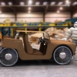 回收纸板和塑料制作的概念汽车