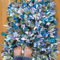 旧衣服动手DIY制作脚垫