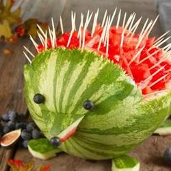 用西瓜和牙签DIY的刺猬