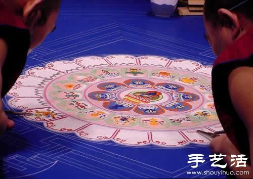 """""""繁华,不过是一掬细沙"""" 沙子绘制的佛学图案  -  www.shouyihuo.com"""