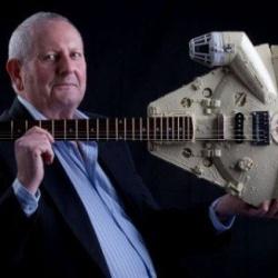 英国64岁退休印刷工DIY星球大战飞船电吉他
