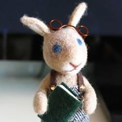 羊毛毡手工制作的兔子老师