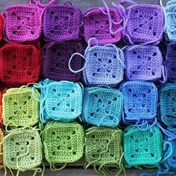 彩虹般绚丽的针织杯垫