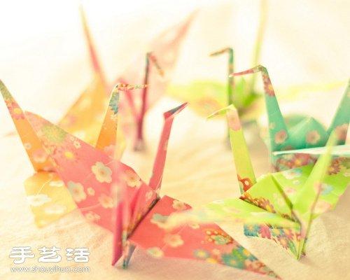 彩纸折的漂亮千纸鹤 -  www.shouyihuo.com