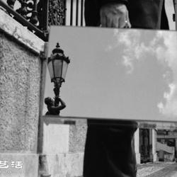 葡萄亚裔摄影师作品:男人与他的城市行李