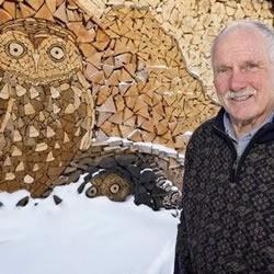 82岁老爷爷利用搜集的木块DIY马赛克猫头鹰