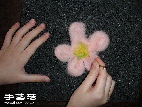 羊毛毡手工DIY制作耳机装饰花图解教程 -  www.shouyihuo.com