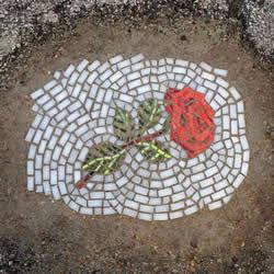 马路坑洞打上马赛克 DIY漂亮路面美化艺术