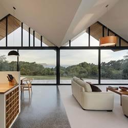 设计有落地大玻璃 空间感十足的尖顶别墅