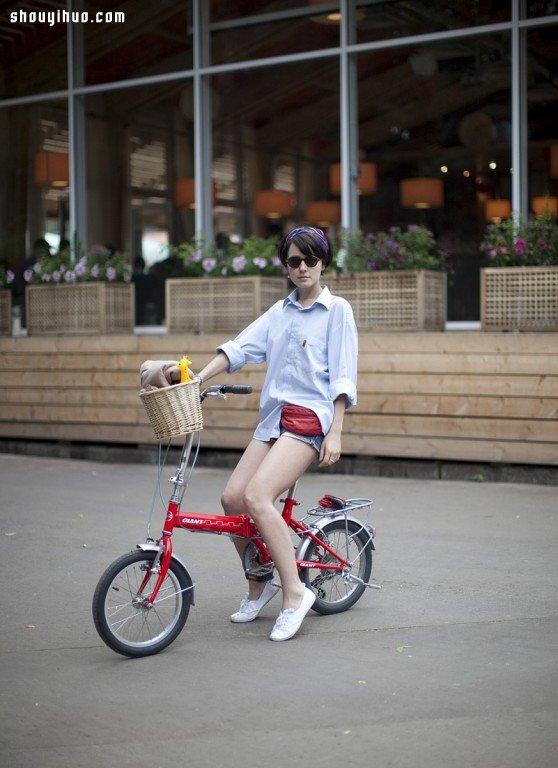 莫斯科優雅徜徉都市區間的時髦單車女孩