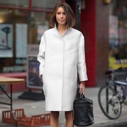 一扫寒冬阴霾:秋冬季节里的女生全白着装