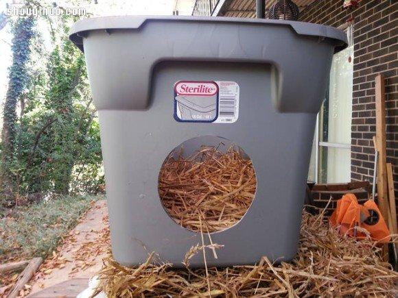 利用塑胶箱自制温暖猫窝 流浪猫不怕寒流咯 -  www.shouyihuo.com