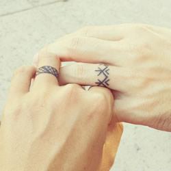 独一无二幸福见证:充满爱的创意婚戒刺青