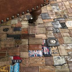 利用回收牛仔裤皮标DIY制作的精美地毯
