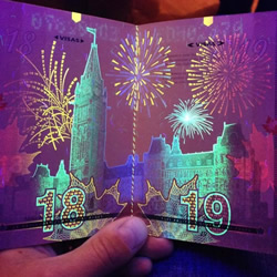 加拿大护照被紫外线灯照射后的超华丽画面