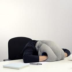 为有午睡习惯的上班族设计的头套枕头