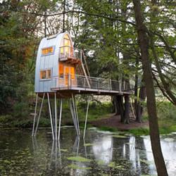 旧茅屋改造成的站立湖中的奇怪树屋