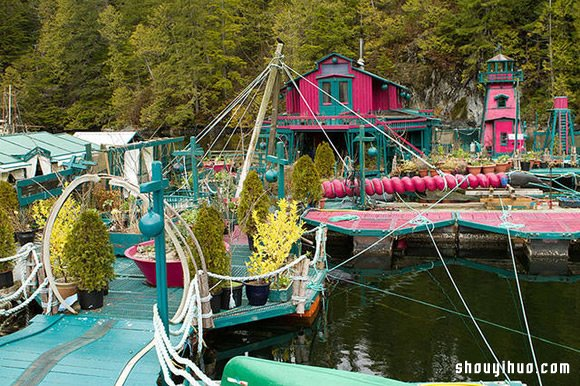 20年时光 艺术家夫妇打造梦幻湖上小村落