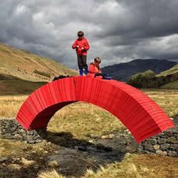 2万2千张纸堆叠出不用胶不用钉的桥梁