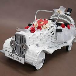 利用旧报纸和瓦楞纸编织制作漂亮婚车模型