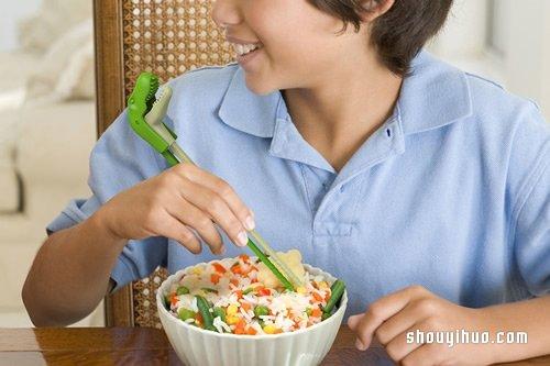 採用彈簧設計的暴龍筷 小小孩也能輕鬆使用