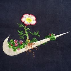 耐克 LOGO 上开出宁静细腻的刺绣小花