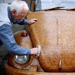 70岁老爷爷用上万橡木片打造梦想甲壳虫