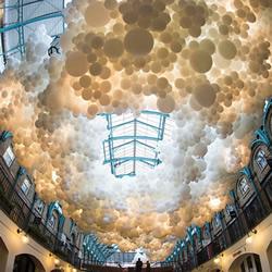 好美!十万颗气球织成白云挂伦敦19世纪市场