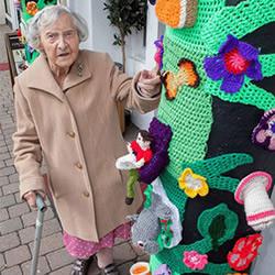 104岁老奶奶以针织涂鸦 让小镇变得很有温