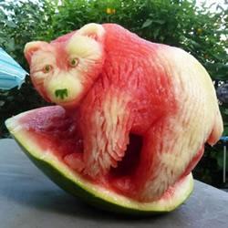 ��意西瓜雕刻�D片 瓜雕水果雕刻作品欣脸上露出了一丝迟疑�p