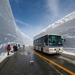 高达20米的雪墙 日本雪壁奇景震撼你的感官