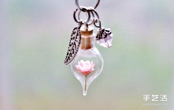手作飾品:把乾燥花放進玻璃容器中製成的項鏈