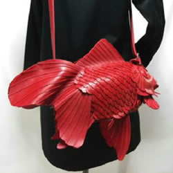 光滑皮革纯手工打造的单肩背金鱼包包