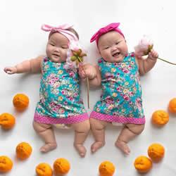 8 个月大的当红明星 早产孪生姐妹花摄影照片