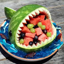 简单西瓜雕刻摆成鲨鱼果盘的制作方法教