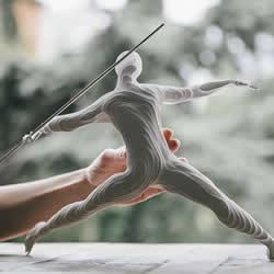 纸雕人偶:一百多张纸层层堆叠成立体纸