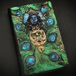 纯手工打造:带有图案的手工魔法书作品图片