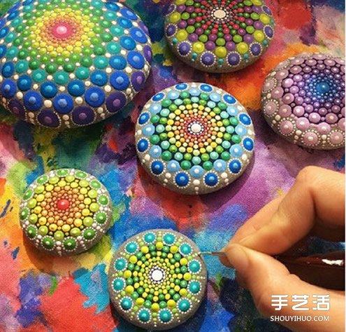 鵝卵石彩繪藝術 帶有民族風情的石頭畫藝術品