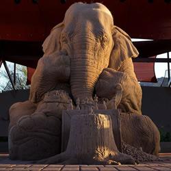 栩栩如生而充满童话氛围的象鼠下棋造型沙雕
