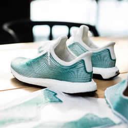 adidas 百分之百由海洋垃圾回收制成的慢跑鞋