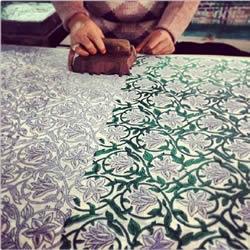 印度传统手工雕版印花 仅靠肉眼完成精美图案