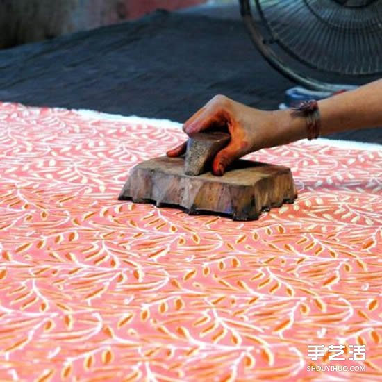 印度传统手工雕版印花 仅靠肉眼完成精美图案 -  www.shouyihuo.com